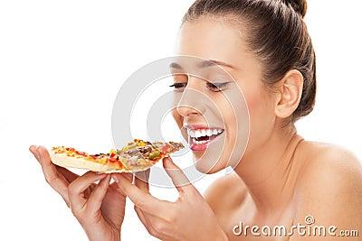 Frau, die Scheibe der Pizza isst