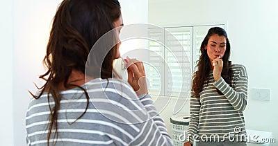 Frau, die seine Zähne im Badezimmer putzt stock video footage