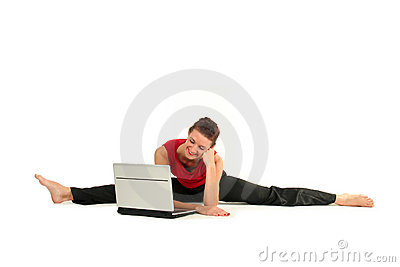 Frau, die Spalte mit Laptop tut