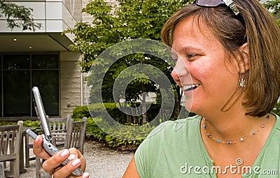 Frau, die Text-Meldung - 3 empfängt