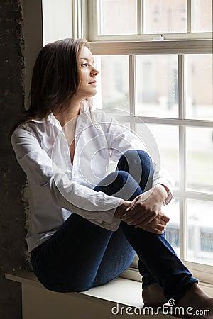 Frau durch das Fenster