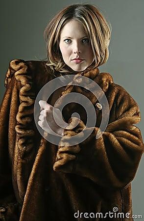Frau in einem Pelz-Mantel