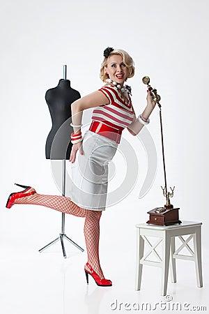 Frau im Atelier des Schneiders