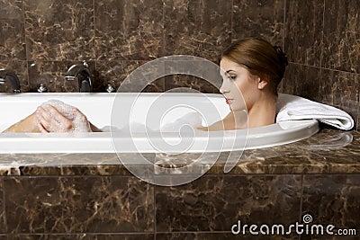 frau im entspannenden bad nahaufnahme der jungen frau in badewanne bathin lizenzfreie. Black Bedroom Furniture Sets. Home Design Ideas