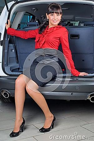 Frau im Gepäckfach