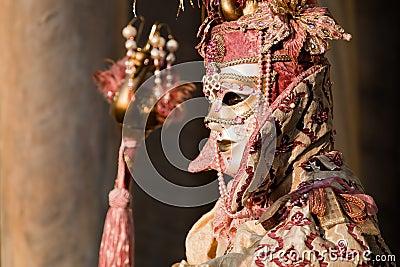 Frau im Kostüm auf venetianischem Karneval Redaktionelles Stockfotografie