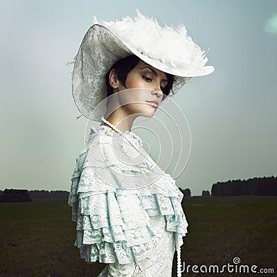 Frau im Weinlesekleid