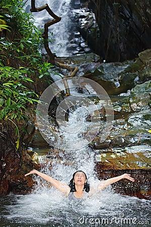 Frau im wilden Wasserfall