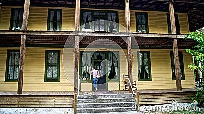 Frau klopft auf Tür des alten historischen Hauses