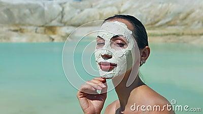 Frau mit blauem Clay Facial Mask Schönheit und Wellness Badekurort im Freien stock video footage