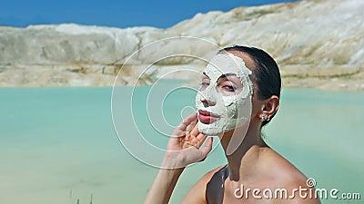 Frau mit blauem Clay Facial Mask Schönheit und Wellness Badekurort im Freien stock footage