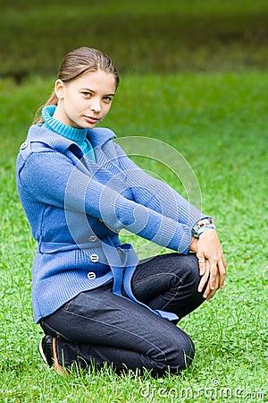 Frau mit blauem Mantel draußen