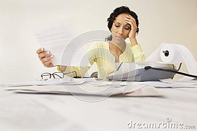 Frau mit dem Ausgaben-Empfang