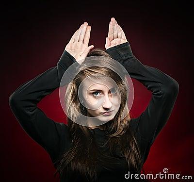 Frau mit den angehobenen Händen