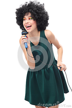 Frau mit der Afrofrisur, die Mikrofon anhält
