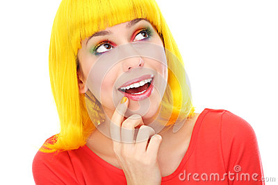 Frau mit der gelben Perücke, die oben schaut