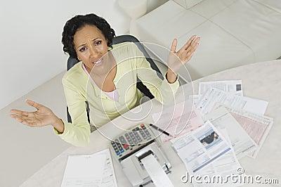 Frau mit Dokumenten und dem Ausgaben-Empfang