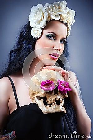 Frau mit einem blassen Gesicht und einem Schädel