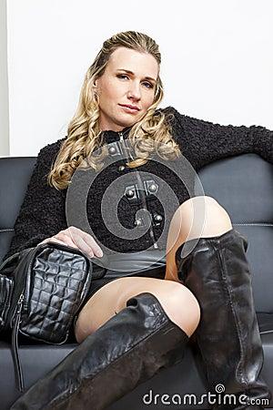 Frau mit einer Handtasche