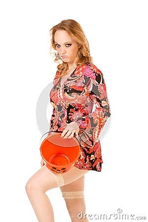 Frau mit erfolglosem Halloween-Trick oder Festlichkeit