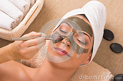 Frau mit grünem Clay Mask At Spa