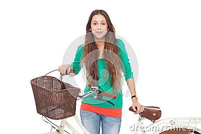 Frau mit ihrem Fahrrad