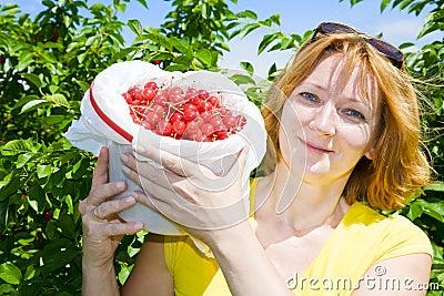 Frau mit Kirschen