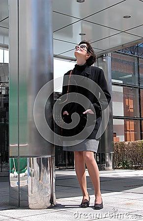 Frau nahe dem Gebäude
