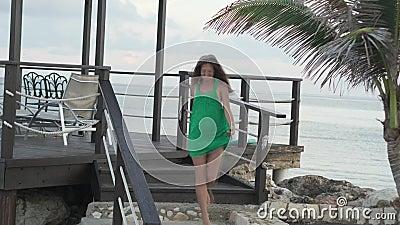 Frau am Pier durch das Meer stock footage
