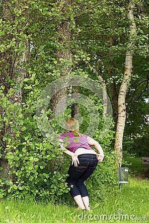 Frau Pinkelt In Der Natur Stockfoto - Bild: 49987893