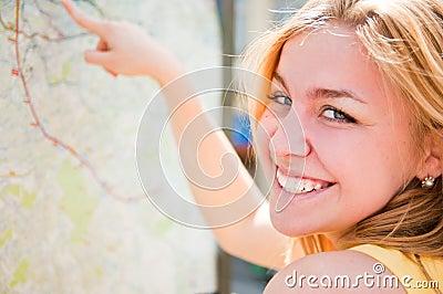 Frau schaut auf einer Karte