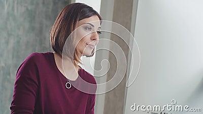 Frau schreibt Büroarbeit Geschäftskorrespondenz sekretärin stock footage