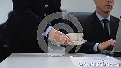 Frau Sekretärin, die Chefkaffee mitbringt, Arbeitsprozess, Servicepersonal stock footage