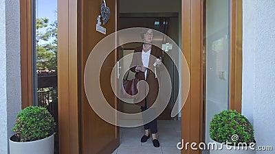Frau steht im Eingang stock video footage