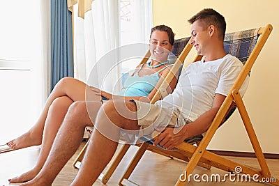 Frau und Mann, die auf Wagenaufenthaltsräume im Hotel stützen