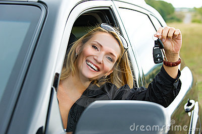 Frau und neues schwarzes Auto