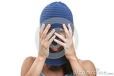 Frau in versteckendem Gesicht des Kopfschutzes