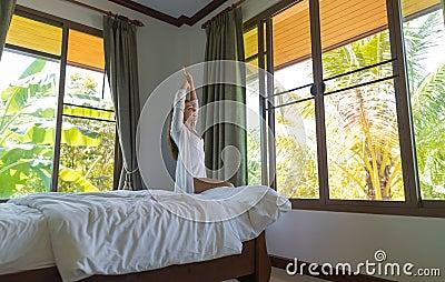 Innenraumfenster  Frau Wachen Das Hotelzimmer-junge Mädchen Auf, Das Morgen ...