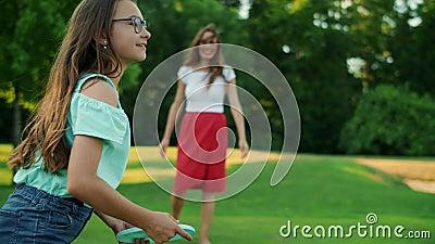 Nacktes Mädchen hält Frisbee