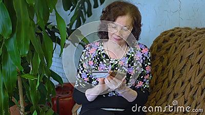 Frau zu Hause mit Telefon stock video