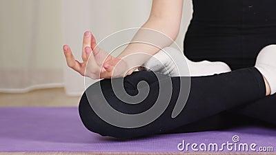 Frauen, die in Lotus sitzen, stellen sich zu Hause Yoga-Training Weibliche Zehner und Beine in Lotus yoga asana Sakhasana üben stock video
