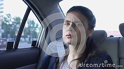 Frauen, die in unbekanntem Auto aufwachen, sich in der Stadt nicht orientieren, Gefahr der Entführung stock video