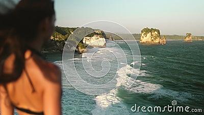 Frauen stehen am Strand von Banawa am Kliff stock video