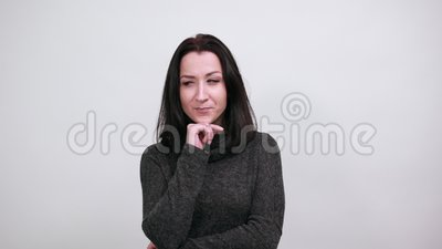 Frauen verbreitet Finger, lächeln, hübsch aussehen, Hand am Kinn halten stock footage