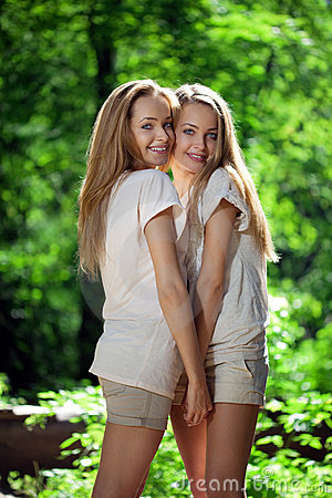 Frauen, Zwillinge im Wald