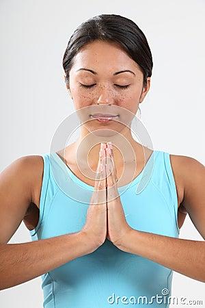 Frauenaugen geschlossen in der ruhigen meditierenden Haltung