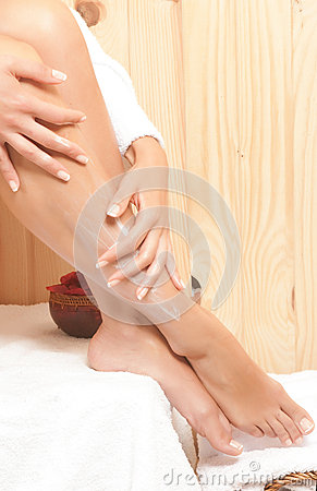 Frauenbeine im Badekurort