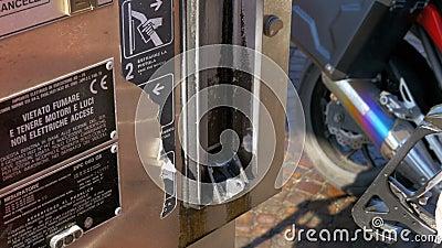 Frauenhand unter Verwendung der Dieselkraftstoffdüsen an einer Tankstelle Tankstelle Füllen des Autos mit Kraftstoff stock video
