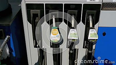 Frauenhand unter Verwendung der Zapfpistolen an einer Tankstelle Tankstelle Füllen des Autos mit Kraftstoff stock video footage