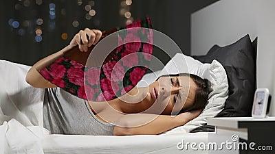Frauenleiden-Hitzeschlag in der Nacht im Bett